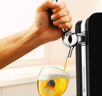 Homme servant une bière en utilisant une tireuse à bière Perf